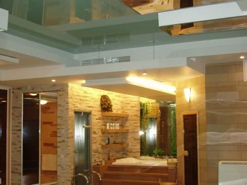 Интерьер жилого дома с бассейном